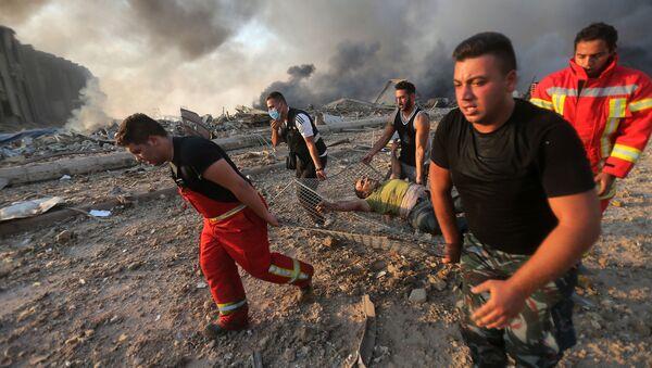 Пожарные выносят пострадавшего с места взрыва в Бейруте  - Sputnik Армения