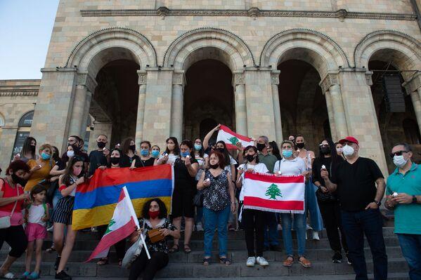 Акция ливанских армян в память о жертвах взрыва в Бейруте (5 августа 2020). Еревaн - Sputnik Армения