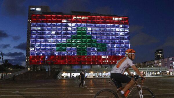 Здание мэрии Тель-Авива, подсвеченное цветами ливанского национального флага в знак солидарности (5 августа 2020). - Sputnik Армения