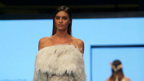 Модель демонстрирует творение ливанского дизайнера Крикора Джаботяна во время показа Vogue Fashion Dubai Experience (29 октября 2015). Дубай - Sputnik Արմենիա