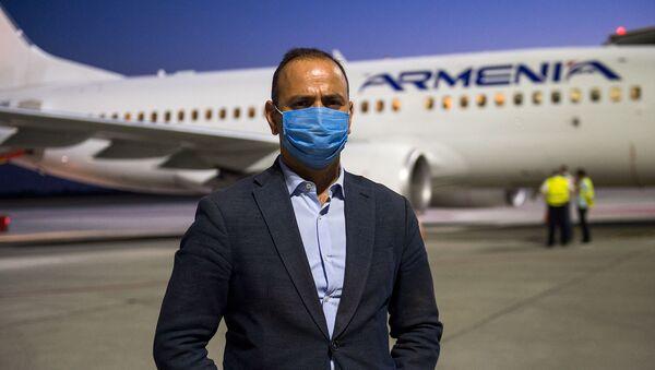 Заре Синанян у самолета с гуманитарным грузом для Бейрута в международном аэропорту Звартноц (8 августа 2020). Ереван - Sputnik Արմենիա