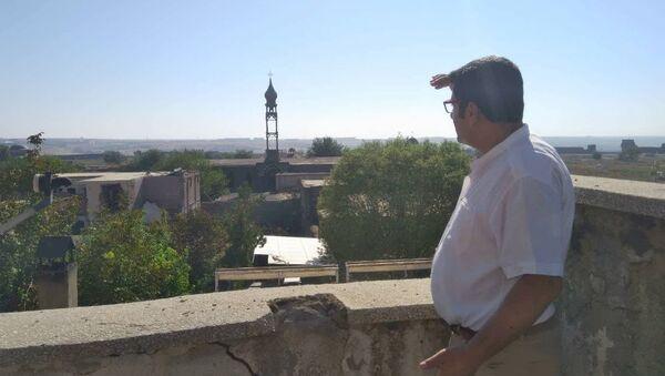 Армянский журналист из Диярбакыра Карот Сасунян на фоне церкви Святого Киракоса - Sputnik Արմենիա