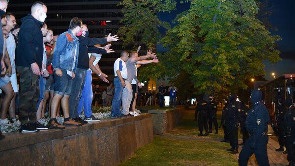 Демонстранты во время акции протеста после закрытия избирательных участков на президентских выборах в Беларуси (9 августа 2020). Минск - Sputnik Армения