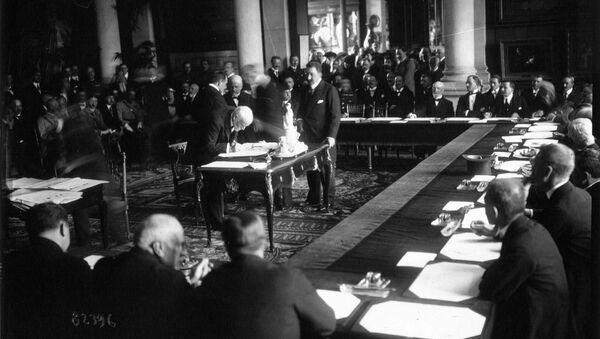 Премьер-министр Греции Элефтериос Венизелос подписывает Севрский договор (10 августа 1920). Франция - Sputnik Армения