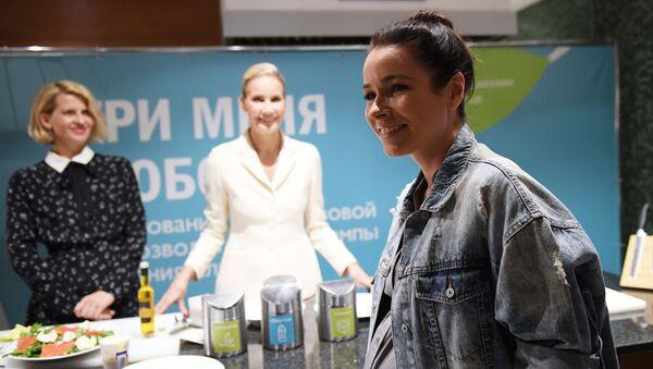 Телеведущая Ирена Понарошку (справа) на презентации совместного экологического проекта телеведущей Елены Летучей и Азбуки Вкуса (17 октября 2018). Москвa - Sputnik Армения