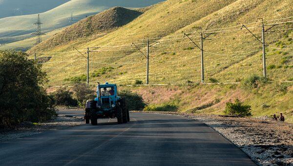 Трактор на трассе M14 - Sputnik Армения