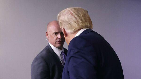 Агент Секретной службы США велит президенту США Дональду Трампу покинуть комнату для брифингов (10 августа 2020). Вашингтон - Sputnik Արմենիա