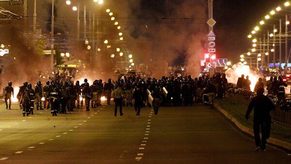 Сотрудники правоохранительных органов во время акции протеста в Минске - Sputnik Армения