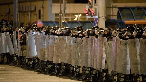 Сотрудники правоохранительных органов во время акции протеста в Минске (11 августа 2020). - Sputnik Армения