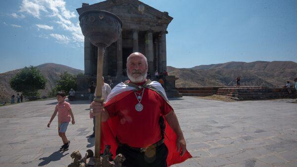 Жрец Варуж Агаджанян во время празднования Навасарда около храма Гарни (11 августа 2020). - Sputnik Արմենիա
