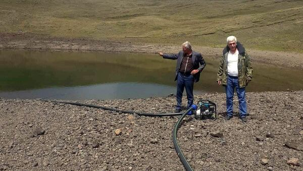 Сотрудники министерства окружающей среды, полиции и глава общины нашли, демонтировали и конфисковали установленный бензонасос в кратерном озере Аждаак (12 августа 2020). Гегамский хребет - Sputnik Արմենիա