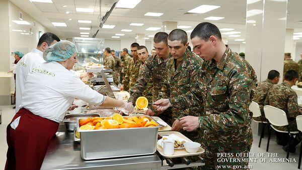 Солдаты в военной столовой во время обеда - Sputnik Արմենիա