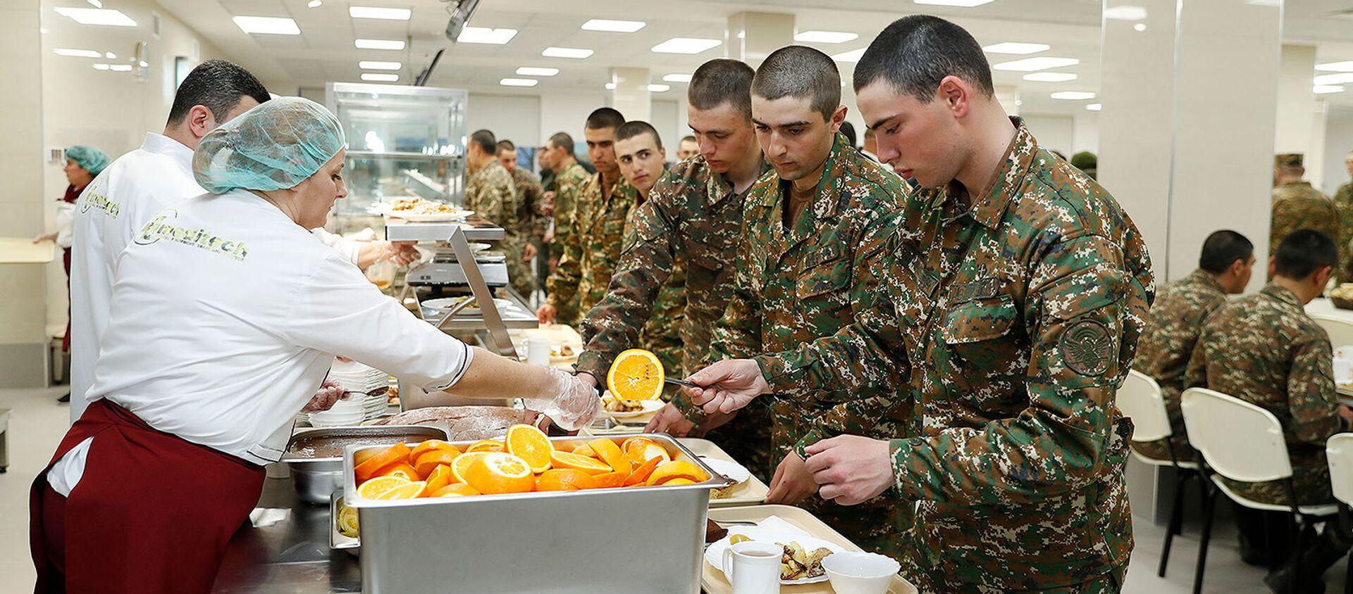 Солдаты в военной столовой во время обеда - Sputnik Արմենիա, 1920, 09.08.2021
