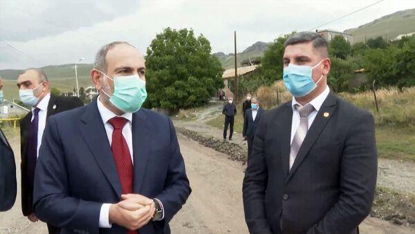 Премьер-министр Никол Пашинян и губернатор Гегаркуника осматривают дорожно-ремонтные работы в Севане (14 августа 2020). Севан - Sputnik Արմենիա