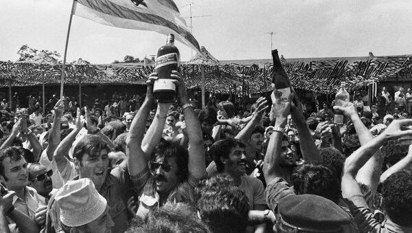 Родственники и доброжелатели угнанных пассажиров Air France в ожидании их возвращения в аэропорту Бен-Гурион близ Тель-Авива (4 июля 1976). Израиль - Sputnik Արմենիա