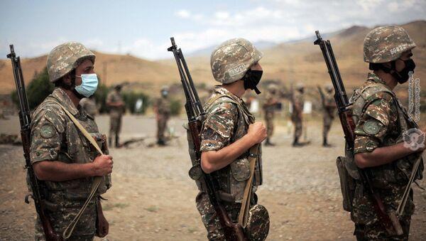 Армянские военнослужащие во время практических занятий по стрельбе - Sputnik Արմենիա