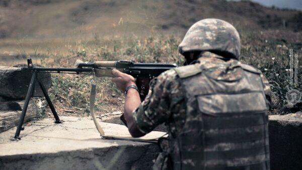Армянские военнослужащие во время практических занятий по стрельбе - Sputnik Армения