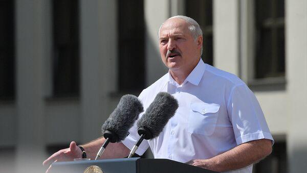 Президент Беларуси Александр Лукашенко выступает на митинге, организованном в его поддержку на площади Независимости (16 августа 2020). Минск - Sputnik Армения