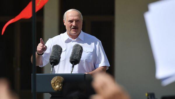 Президент Белоруссии Александр Лукашенко выступает на митинге, организованном в его поддержку на площади Независимости (16 августа 2020). Минск - Sputnik Արմենիա