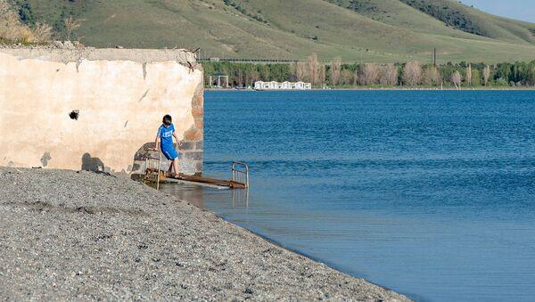 Мальчик на берегу озера Севан - Sputnik Արմենիա