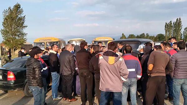 Жители общины Гегамасар перекрыли межгосударственную автодорогу Варденис-Карвачар (18 августа 2020). Гегаркуник - Sputnik Армения