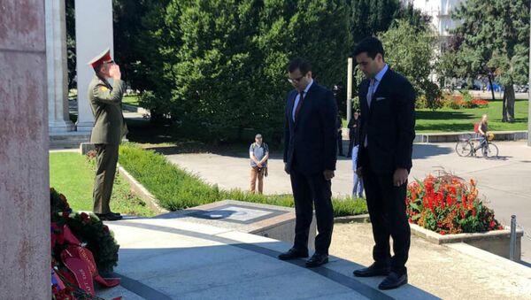 Дипломаты посольства Армении в Австрии приняли участие в церемонии возложения венков памятнику советскому солдату на площади Шварценберг (19 августа 2020). Вена - Sputnik Արմենիա