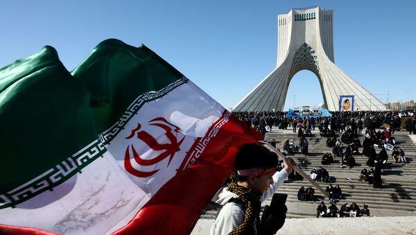 Мальчик с иранский флаг перед башней Азади на митинге, посвященном 41-й годовщине Исламской революции (11 февраля 2020). Тегеран - Sputnik Армения