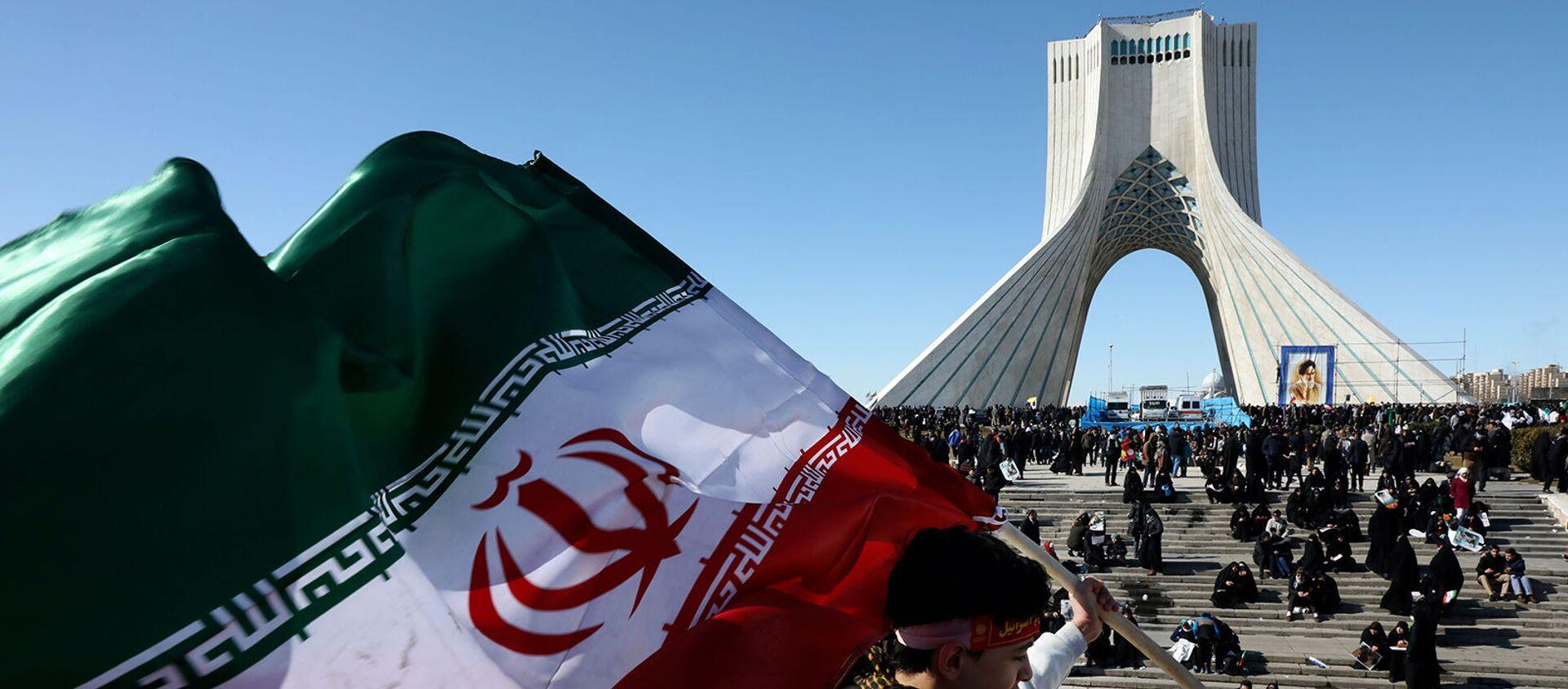 Мальчик с иранский флаг перед башней Азади на митинге, посвященном 41-й годовщине Исламской революции (11 февраля 2020). Тегеран - Sputnik Армения, 1920, 05.04.2021