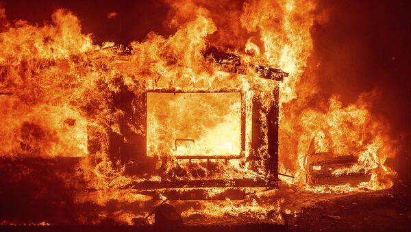 Горящие дом и автомобиль в округе Напа в Калифорнии во время лесных пожаров - Sputnik Армения