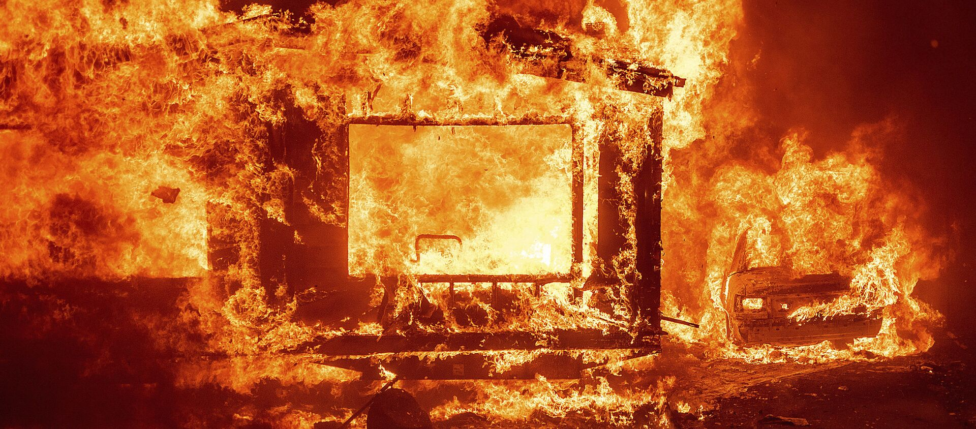 Горящие дом и автомобиль в округе Напа в Калифорнии во время лесных пожаров - Sputnik Արմենիա, 1920, 13.09.2020