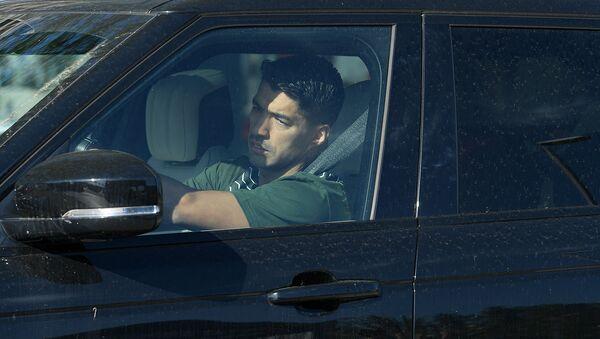 Нападающий Барселоны Луис Суарес прибывает для прохождения тестов на коронавирус в Ciutat Esportiva Joan Gamper в Сан-Хуан-Деспи (6 мая 2020).  - Sputnik Արմենիա