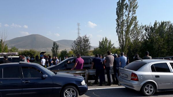 Рыбаки закрыли трассу Ереван-Севан (21 августа 2020).  - Sputnik Армения