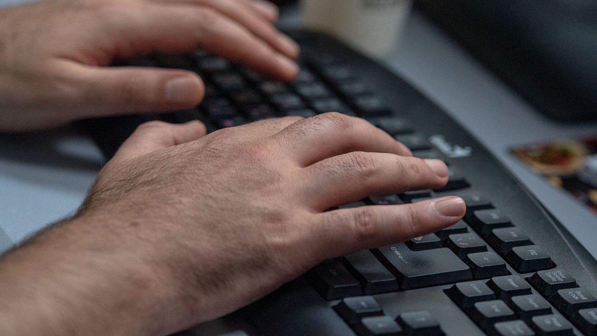 Руки на клавиатуре компьютера - Sputnik Армения, 1920, 21.09.2021