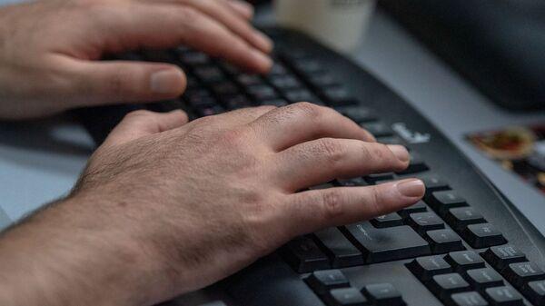 Руки на клавиатуре компьютера - Sputnik Армения