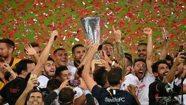 Игроки Севильи празднуют победу в финале Лиги Европы в игре с Интером (21 августа 2020). Кельн, Германия - Sputnik Արմենիա