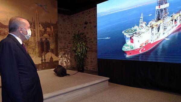 Президент Турции Реджеп Тайип Эрдоган наблюдает за турецким буровым судном Фатих во время выступления в Стамбуле (21 августа 2020). Турция - Sputnik Արմենիա