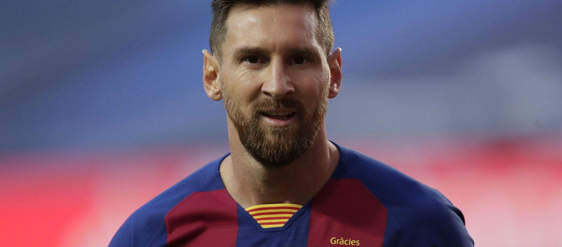 Лионель Месси наблюдает за четвертьфинальным матчем Лиги чемпионов между ФК Барселона и Бавария Мюнхен на стадионе Луз (14 августа 2020). Лиссабон - Sputnik Արմենիա, 1920, 08.08.2021