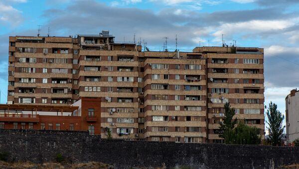 Жилое здание на берегу реки Раздан в Ереване - Sputnik Արմենիա