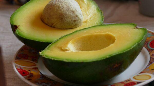 Авокадо на тарелке - Sputnik Արմենիա