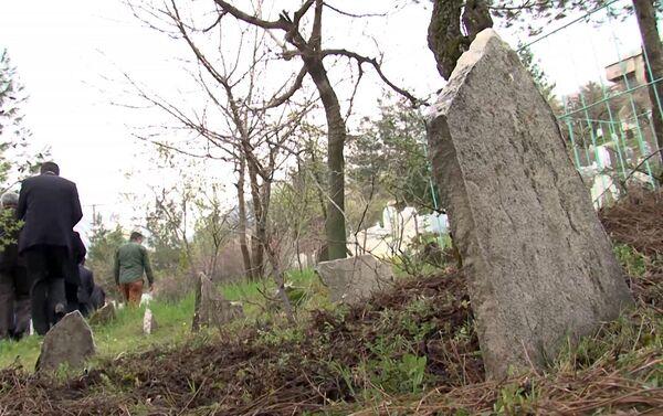 Татевик Киракосян и Четин Йылмаз у могилы Артина в Сасуне - Sputnik Армения