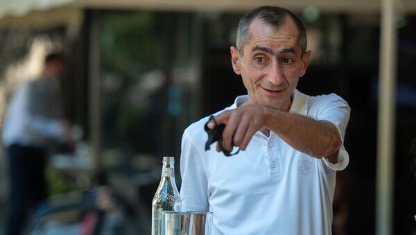 Официант кафе Никол Куцанян - Sputnik Արմենիա