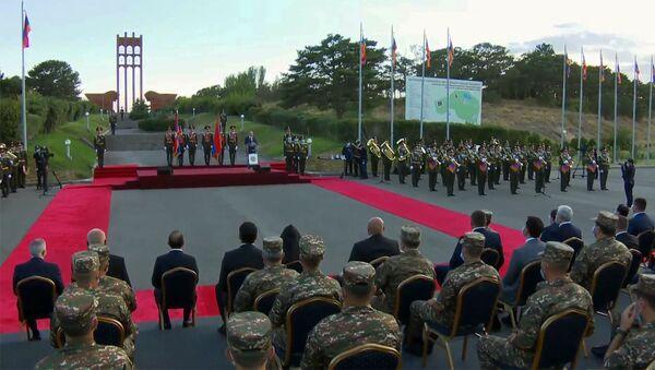 Кадр из трансляции церемонии награждения участников июльских столкновений на армяно-азербайджанской границе (28 августа 2020). Сардарапат - Sputnik Արմենիա