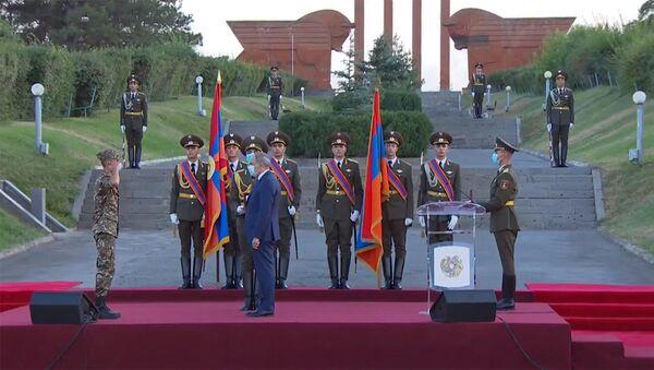 Рядовой Эдгар Постолокян получает орден Боевой крест на церемонии награждения участников июльских столкновений на армяно-азербайджанской границе (28 августа 2020). Сардарапат - Sputnik Армения