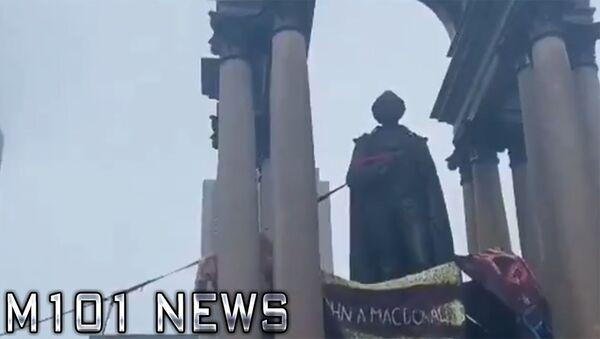 Активисты движения Black Lives Matter сбрасывают статую первого премьер-министра Канады Джона Макдональда в Монреале - Sputnik Армения