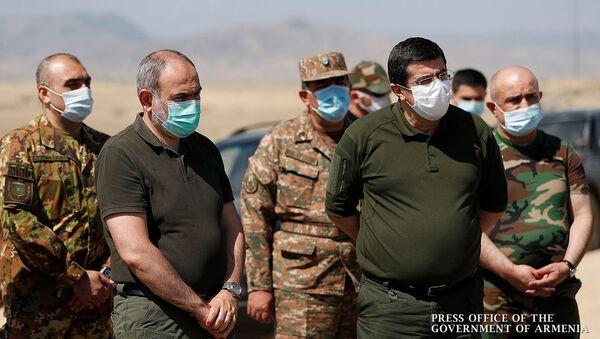 Премьер-министр Армении Никол Пашинян и президент Карабаха Араик Арутюнян посетили одну из воинских частей Карабаха (30 августа 2020). Карабах - Sputnik Армения