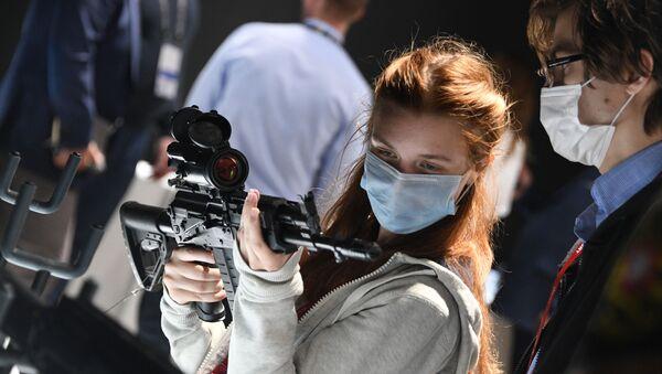 Посетительница рассматривает автомат АК-308 на выставке вооружений Международного военно-технического форума (МВТФ) Армия-2020 в военно-патриотическом парке Патриот - Sputnik Армения