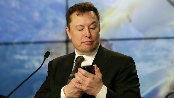 Основатель SpaceX Илон Маск шутит с журналистами, делая вид, что ищет ответ на вопрос по мобильному телефону во время пресс-конференции после испытательного полета ракеты Falcon 9 SpaceX (19 января 2020). Флорида - Sputnik Армения