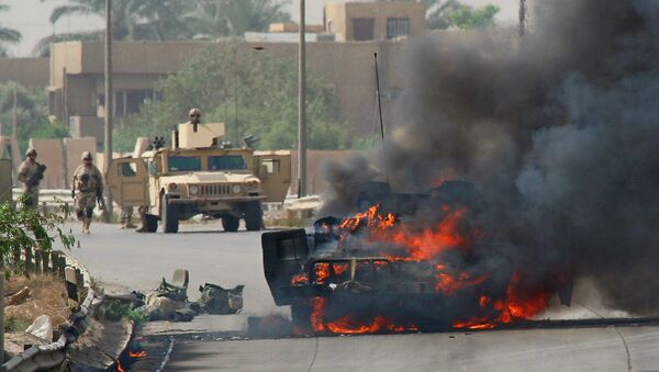 Солдаты армии США у взорванного автомобиля на шоссе, ведущем в аэропорт в Ираке (13 мая 2005). Багдад - Sputnik Армения