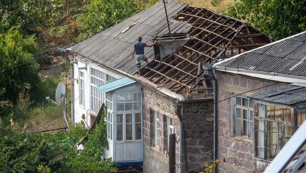 Мужчина демонтирует старую кровлю с крыши дома в общине Айгепар, Тавушская область - Sputnik Армения