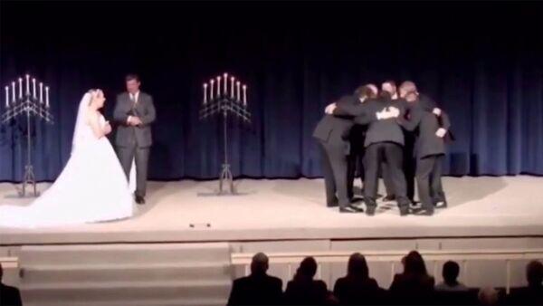 Жених устраивает розыгрыши посреди свадебной клятвы - Sputnik Армения